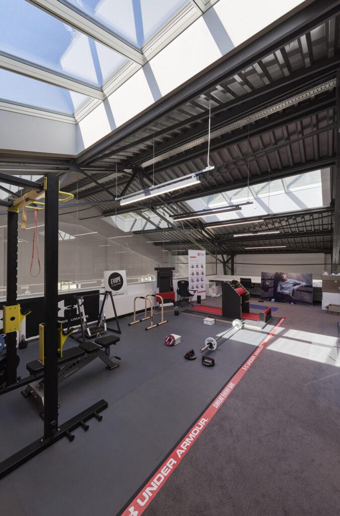 Дизайн интерьера фитнес и спортзала на мансарде 100+ фото