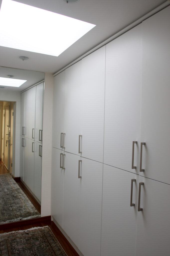 Дизайн интерьера гардеробной на мансарде 100+ фото