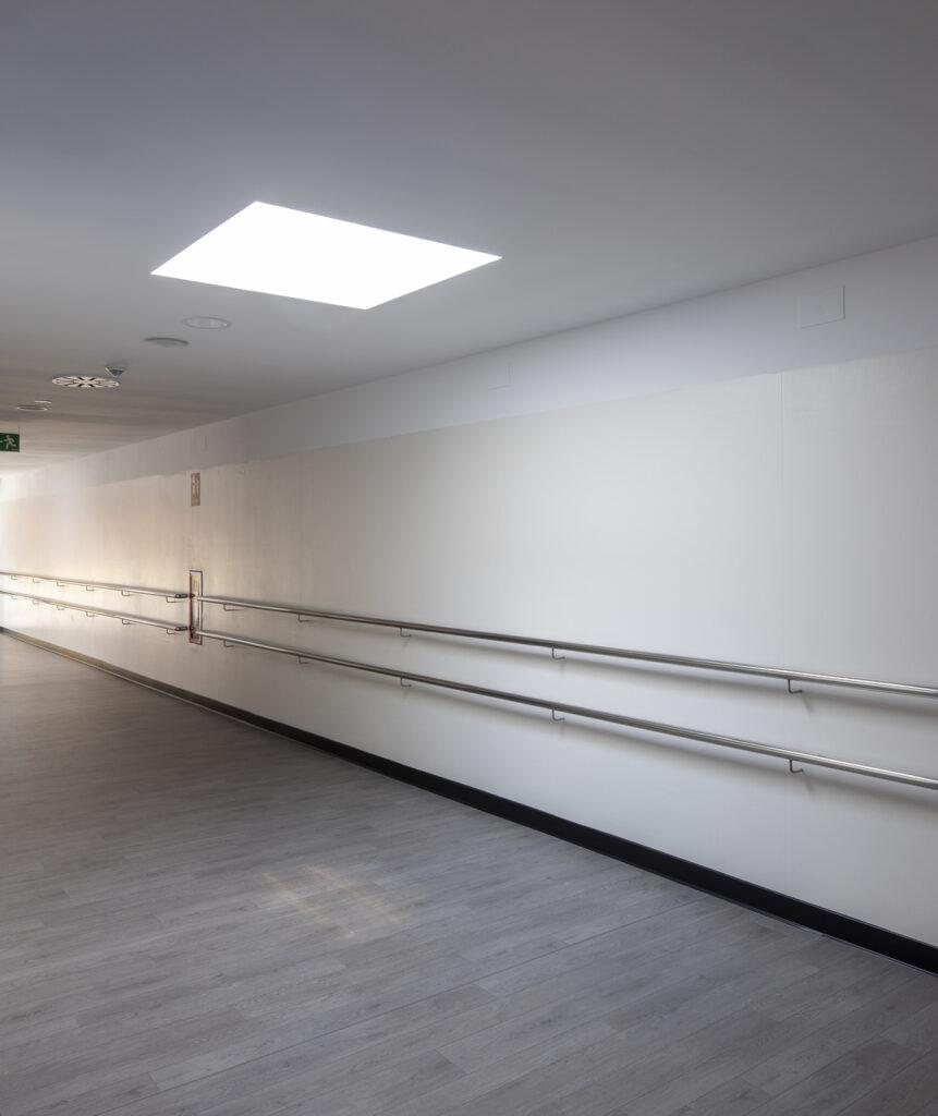 Дизайн і освітлення коридору на мансарді 100+ фото