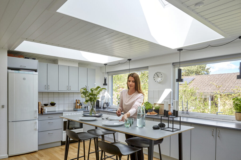 Дизайн интерьера кухни и столовой на мансарде 100+ фото