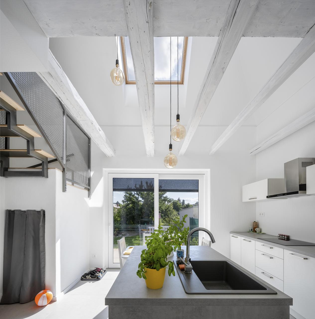 Дизайн интерьера кухни и столовой на мансардном этаже: фото #0102 Дизайн интерьера кухни и столовой на мансарде 100+ фото