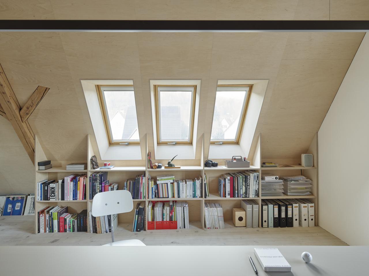 Дизайн интерьера кабинета и офиса на мансардном этаже: фото #0034 Як облаштувати і обставити ігрову кімнату на мансарді?