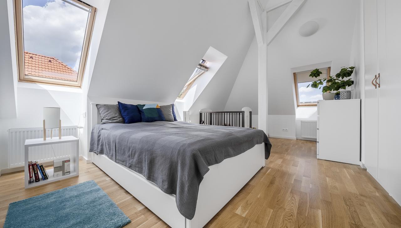 Дизайн интерьера спальни на мансардном этаже: фото #0101 Спальня на мансарде: все аргументы за и против