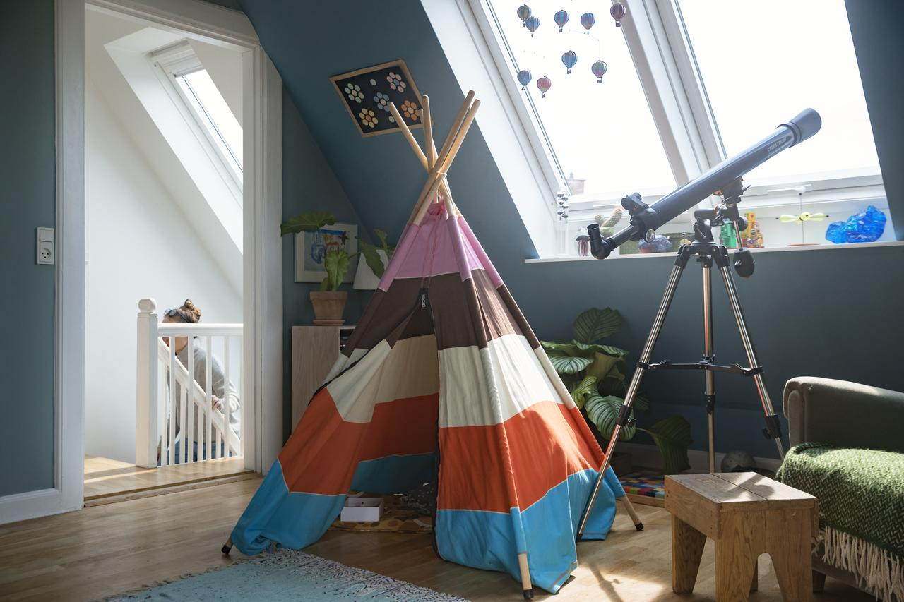 Ігрова кімната на мансарді: тепло і затишок дитячого приміщення замість холоду горища